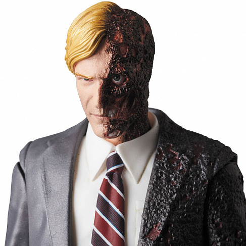 Фигурка Двуликого —  The Dark Knight MAF EX Harvey Dent Two Face